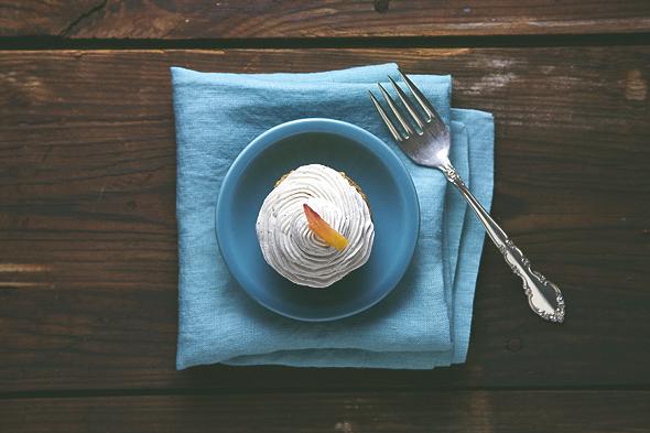Oil-Free Peaches & Cream Oat Cupcakes (Vegan & Gluten-Free) | picklesnhoney.com